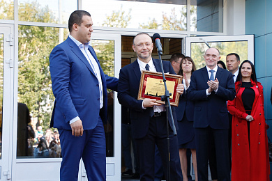 Igor Altushkin receives an acknowledgement from the Russian Boxing Federation